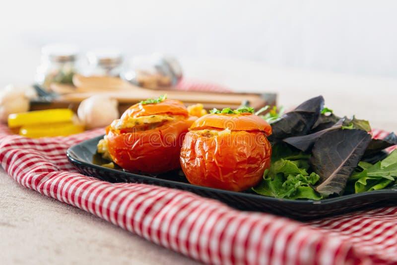 Заполненные томаты с рисом на белой плите стоковое изображение rf