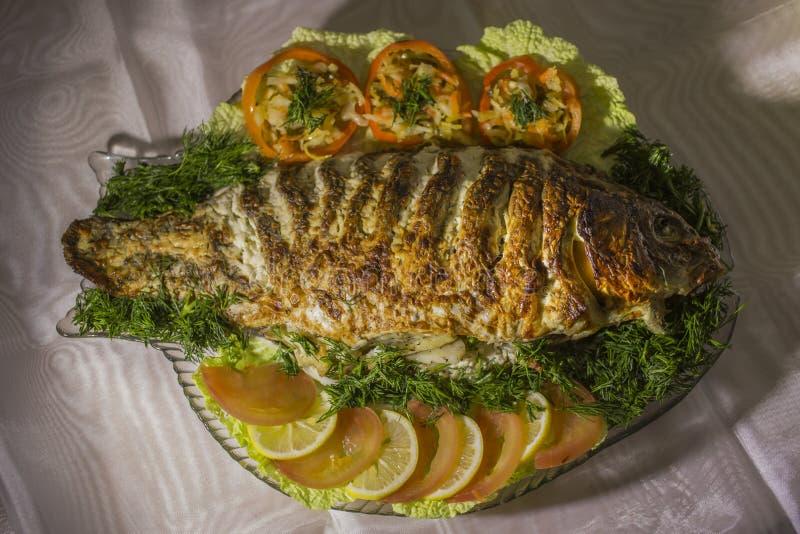 Заполненный карп, украшенный с овощами Тарелка рыб стоковые изображения