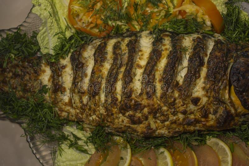 Заполненный карп, украшенный с овощами Тарелка рыб стоковая фотография rf
