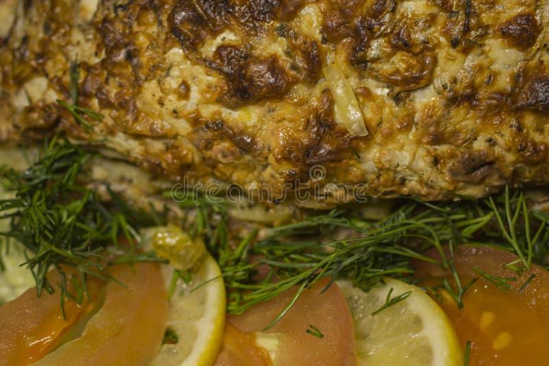 Заполненный карп, украшенный с овощами Тарелка рыб стоковое изображение