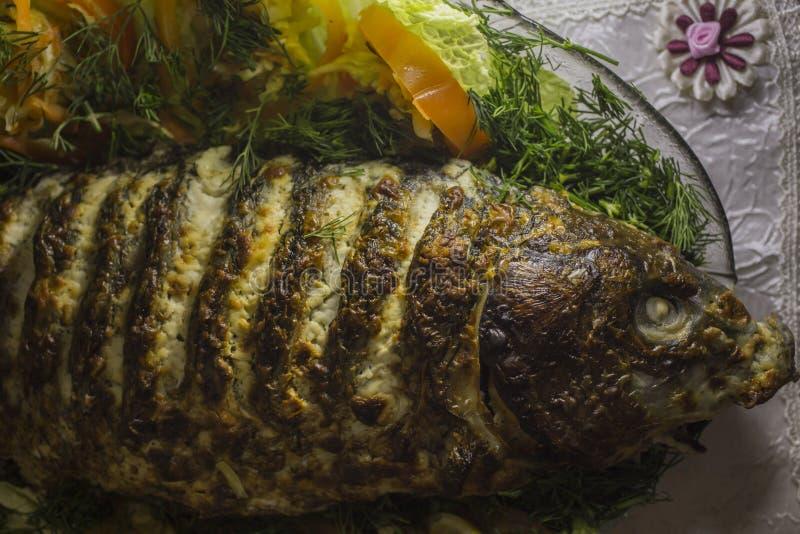 Заполненный карп, украшенный с овощами Тарелка рыб стоковые фото
