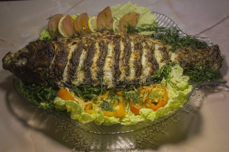 Заполненный карп, украшенный с овощами Тарелка рыб стоковое изображение rf