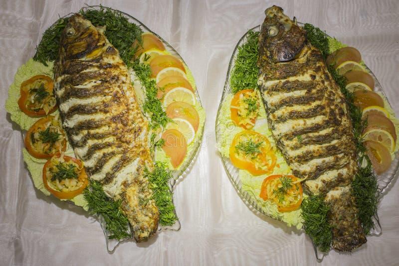 Заполненный карп, украшенный с овощами Тарелка рыб стоковые фотографии rf
