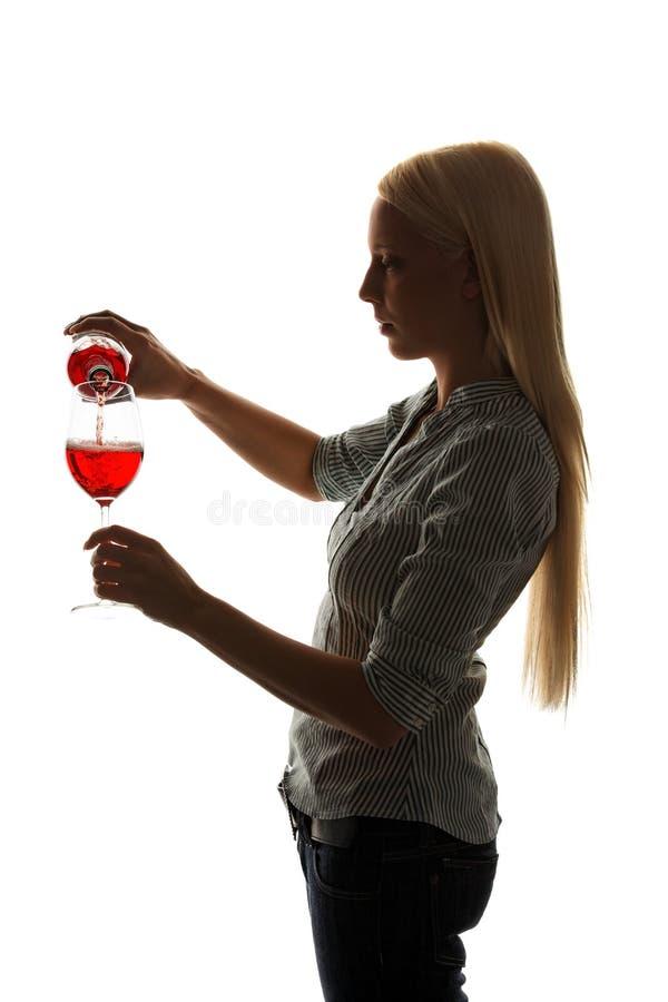 заполняет детенышей женщины красного вина стекла вне стоковые фотографии rf