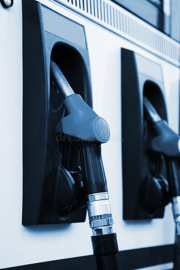 заполняя бензозаправочная колонка стоковые фото
