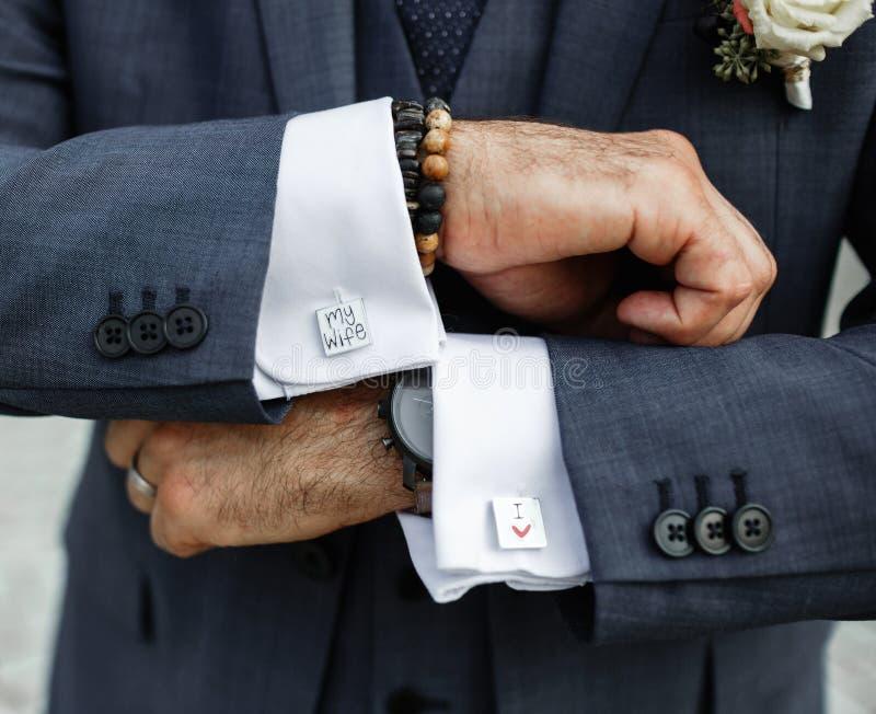 Запонки для манжет человека нося я люблю мою жену стоковое фото rf