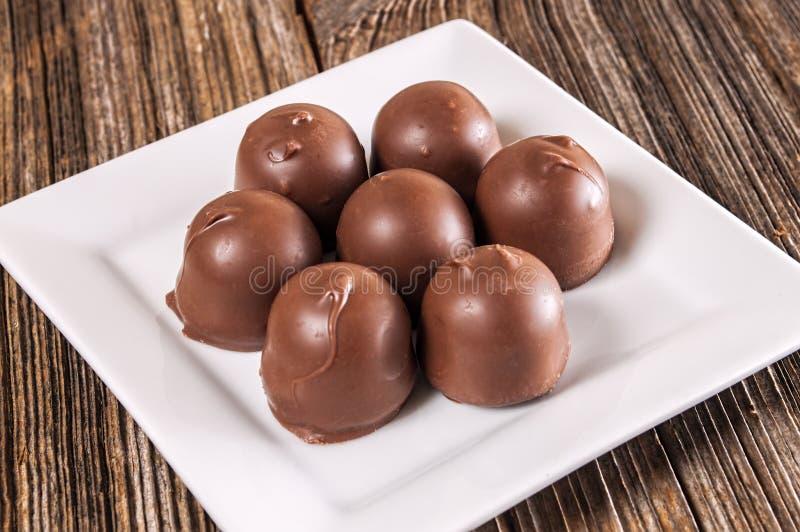 Заполненная вишней конфета шоколада, блюдо стоковое изображение rf