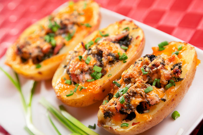 Заполненная картошка с цыпленком и шпинатом стоковые фото