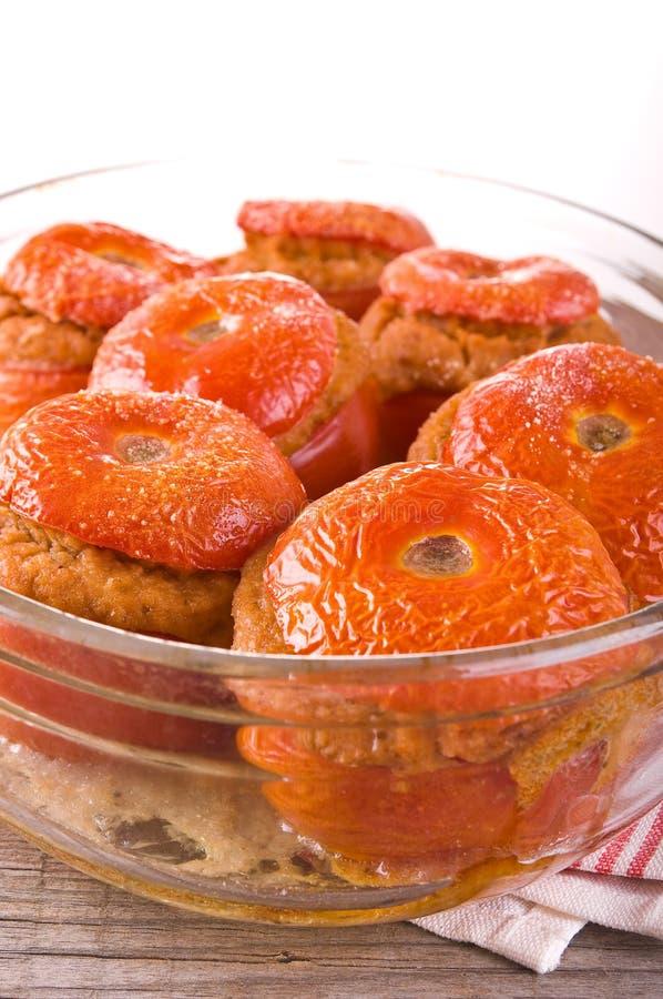 Заполненные томаты на белой плите стоковые изображения