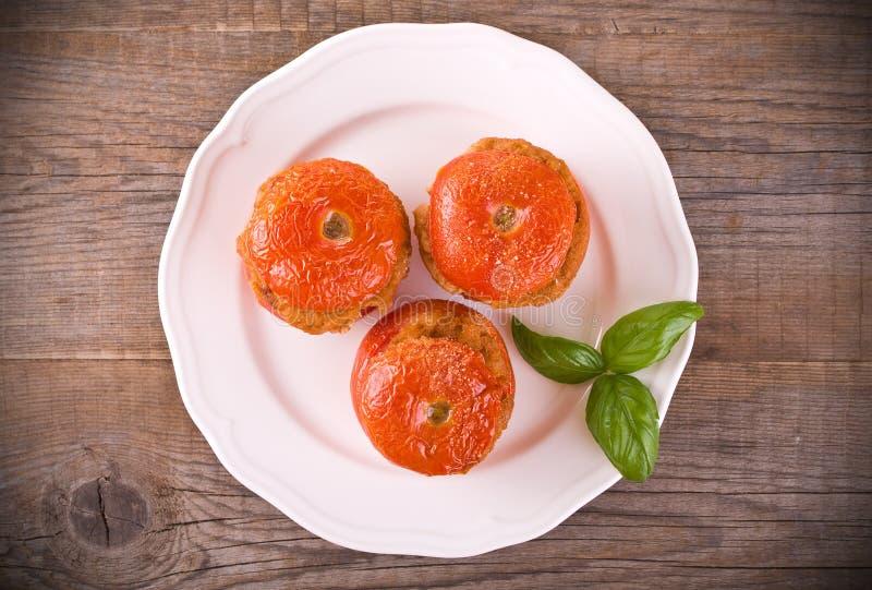 Заполненные томаты на белой плите стоковое изображение rf