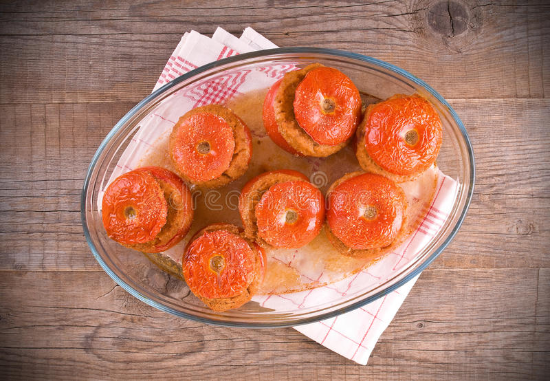 Заполненные томаты на белой плите стоковые фотографии rf