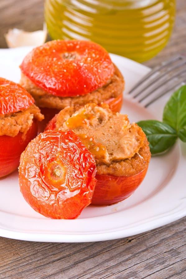 Заполненные томаты на белой плите стоковое изображение