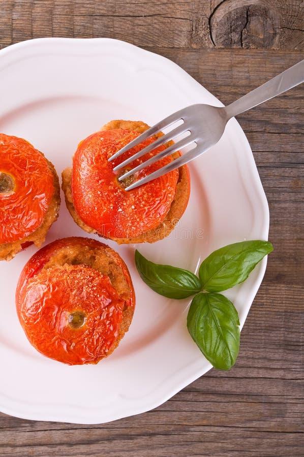 Заполненные томаты на белой плите стоковая фотография rf