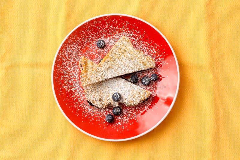 Заполненный хлеб французской здравицы на плите с голубикой стоковое изображение