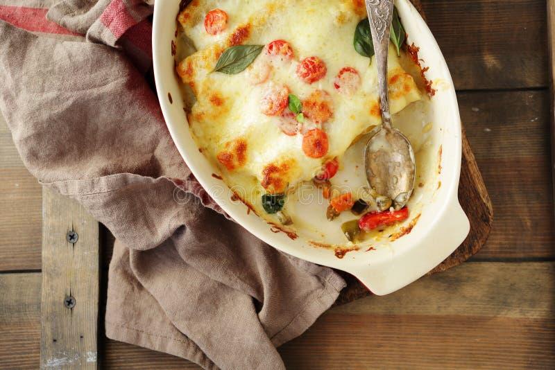 Заполненный cannelloni в блюде выпечки стоковые фотографии rf
