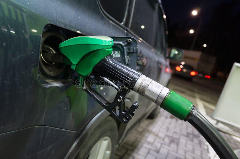 Заполняя современный автомобиль с нефтью на бензоколонке стоковые изображения