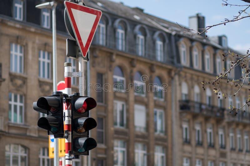 Запретите светофоры Дорожный знак дает путь стоковое изображение