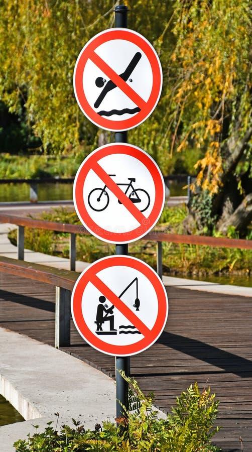 Запрещенные знаки рядом с тропой в лесу стоковые фото
