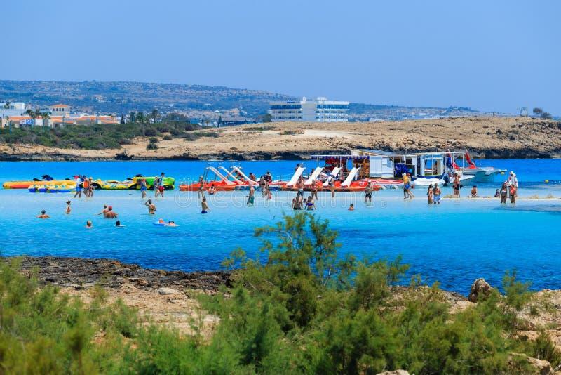 Заприте и скольжения на пляже в Кипре стоковая фотография