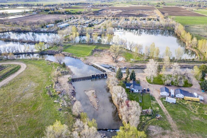 Запруда диверсии на реке на предгорьях Колорадо стоковое фото