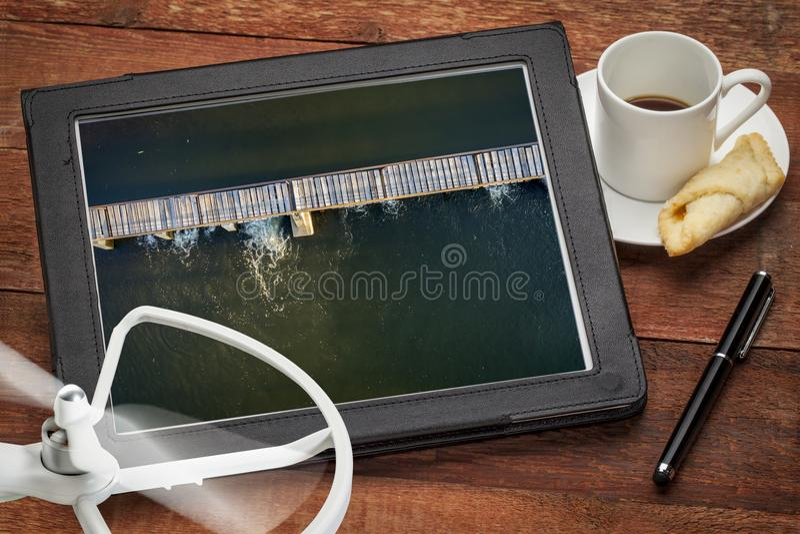 Запруда диверсии реки с foothbridge - видом с воздуха стоковое изображение rf