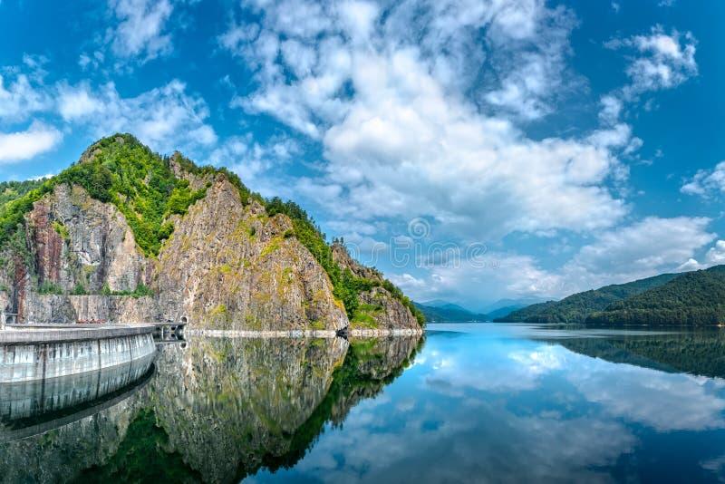 Запруда и озеро Vidraru стоковые изображения