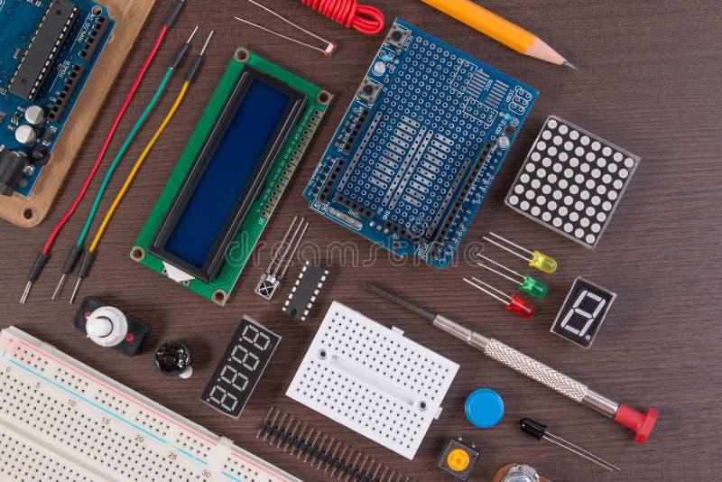 ЗАПРУДИТЕ образование или набор DIY электронный, робот сделанный на основании микро- регулятора с разнообразием датчика и инструм стоковые фото