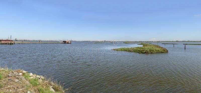 Запруды, braodwalk и хаты рыбной ловли на brackish лагуне, Comacch стоковое изображение