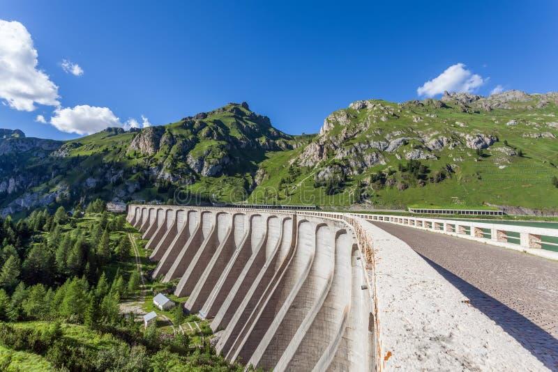 Запруда в горах - пропуск Fedaia - доломиты стоковое фото