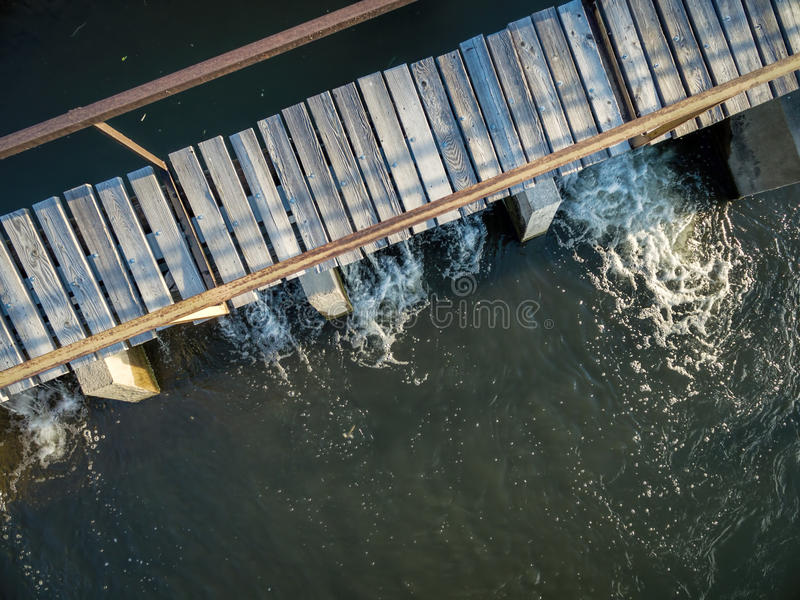 Запруда диверсии реки с foothbridge стоковая фотография rf