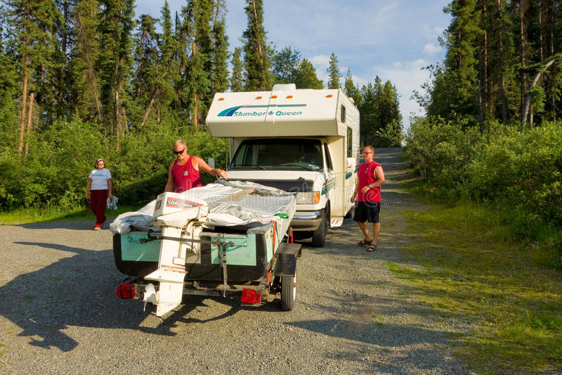 Запускать рыбацкую лодку в территориях Юкона стоковое фото rf