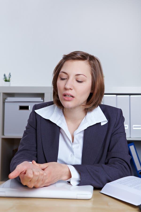 запястье руки женщины боли дела стоковое фото