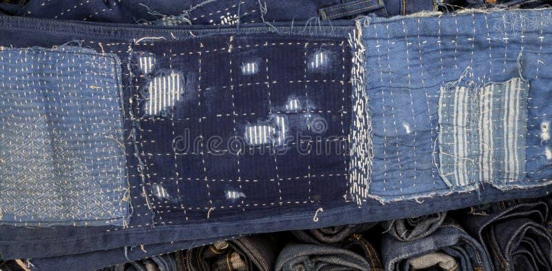 Заплатка джинсов на джинсах предпосылке, заплатке джинсовой ткани стоковое изображение