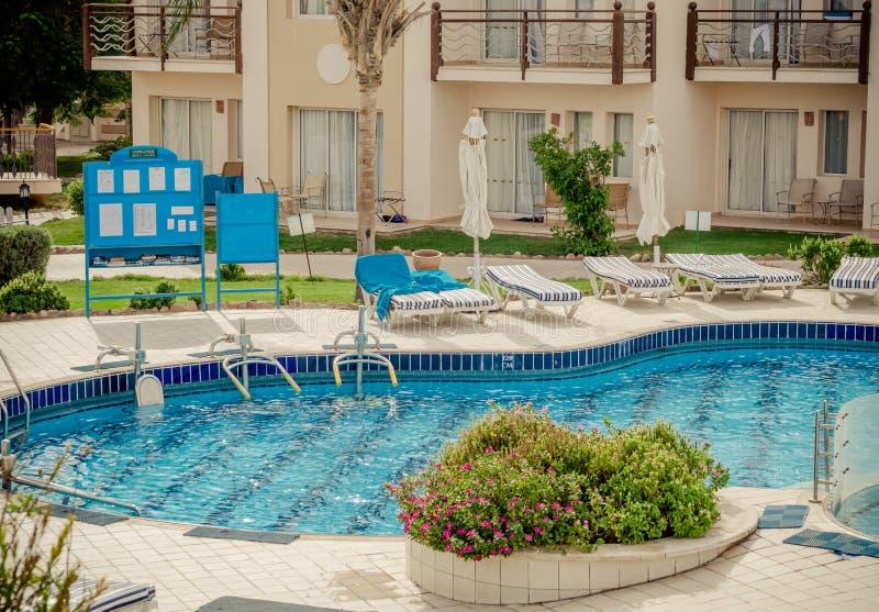 заплывание бассеина гостиницы тропическое стоковое изображение rf