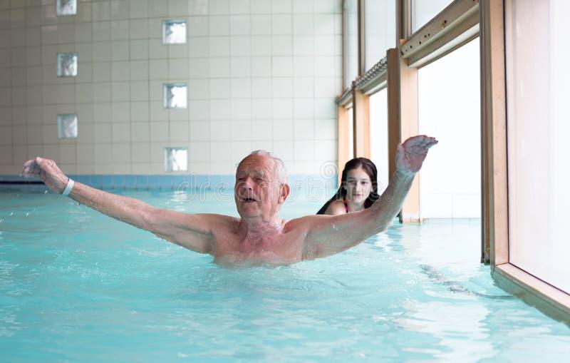 заплывание бассеина человека старшее стоковая фотография