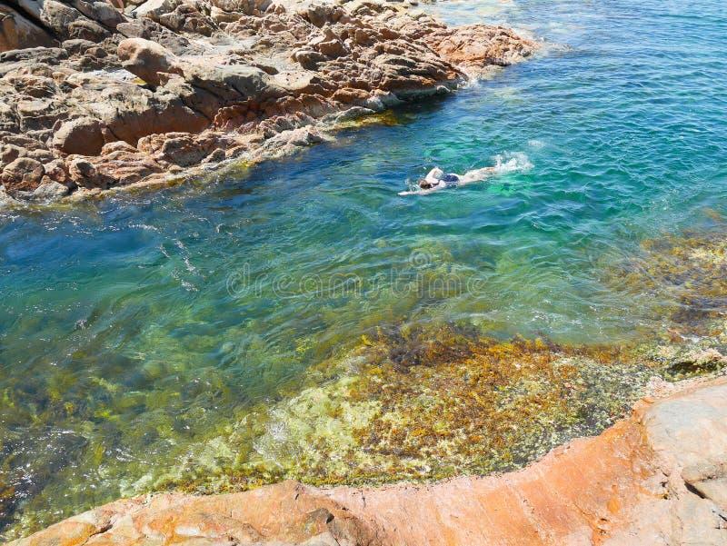 Заплывание женщины в кристалле - чистой воде стоковое фото rf
