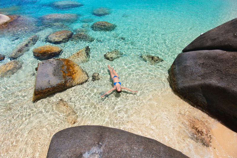 Заплывание женщины в тропическом океане стоковые изображения rf