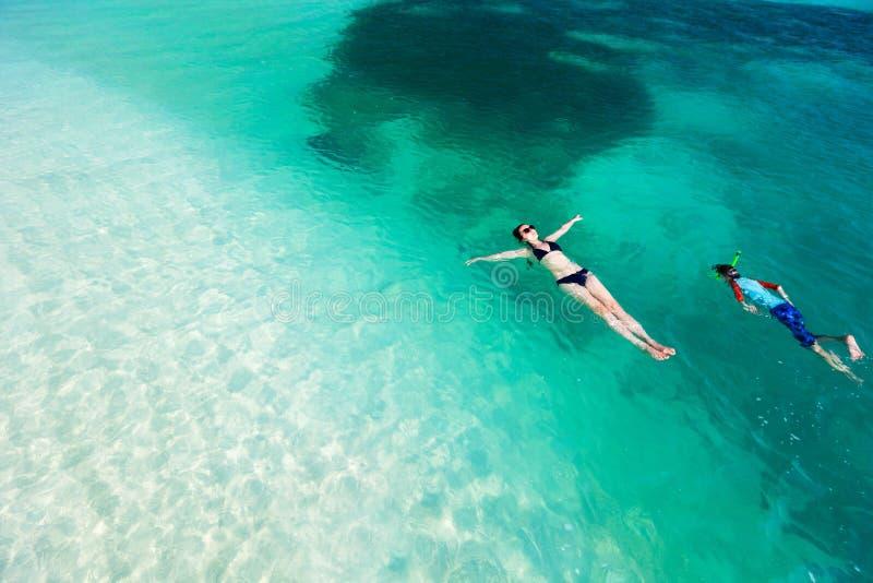 Download Заплывание матери и сына в океане Стоковое Фото - изображение насчитывающей плавать, реально: 40576414