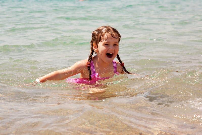 Заплывание маленькой девочки в море. Летние отпуска. стоковое изображение rf