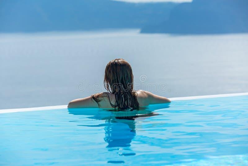 Заплывы женщины в бассейне стоковая фотография