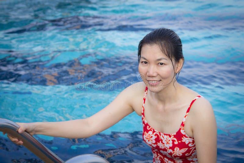 Заплыв молодой женщины в бассейне стоковое изображение rf