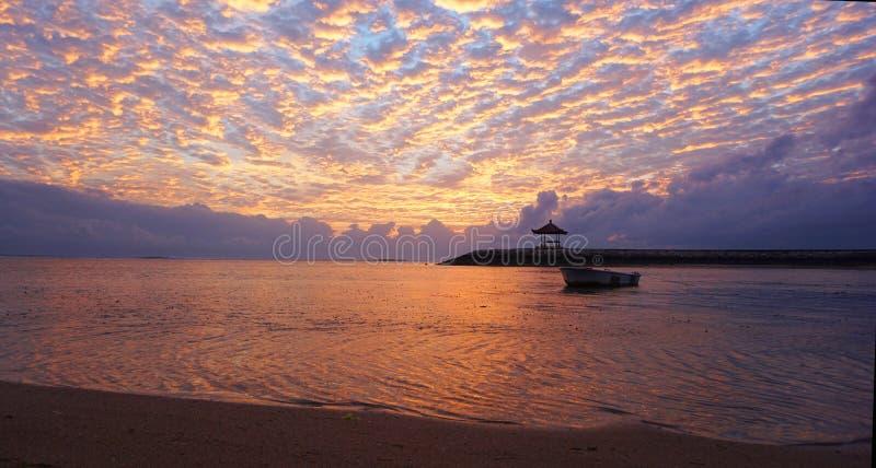 Зарево восхода солнца над морем Красивое утро в пляже стоковые изображения
