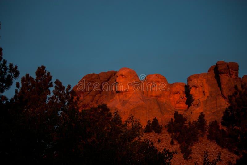 Зарево восхода солнца оранжевое на Mount Rushmore стоковое фото rf