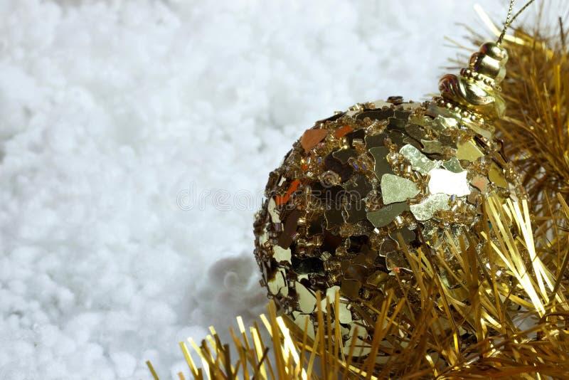 Зарево желтого цвета золота ` s рождества и Нового Года красочное освещает украшения на снеге стоковое изображение