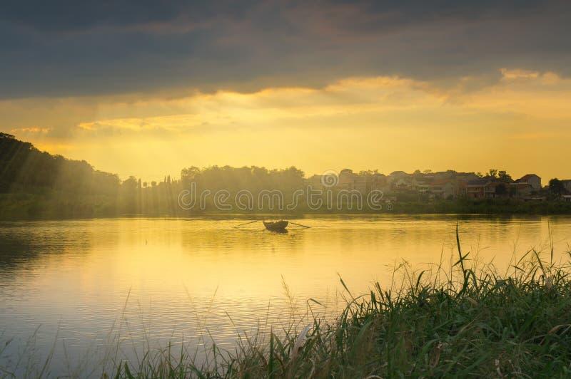 Зарево захода солнца лета в сельской местности Китая стоковые фото