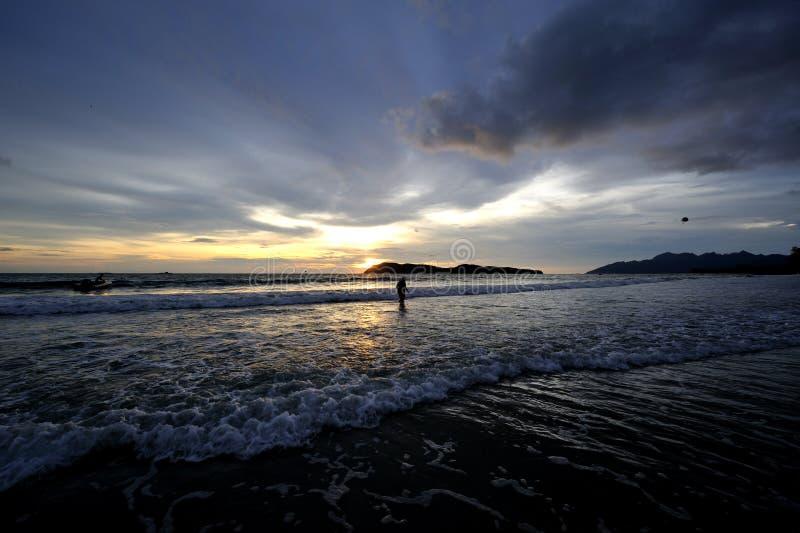 Зарево и море захода солнца стоковое изображение