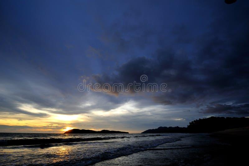 Зарево и море захода солнца стоковые изображения rf