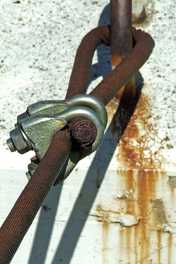 Заржаветые кабель и U-зажим стоковое фото rf