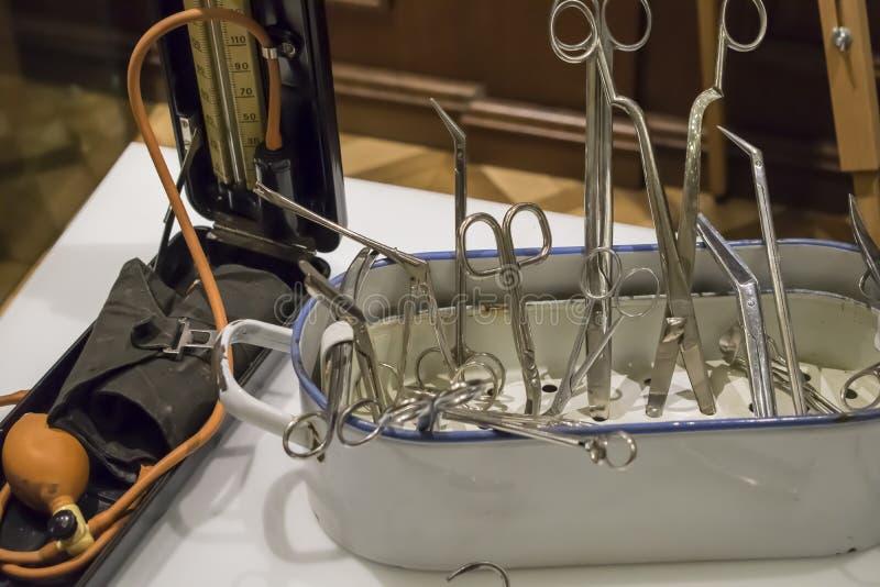Заржаветые ножницы плоскогубцев и другие старые медицинские инструменты стоковые изображения