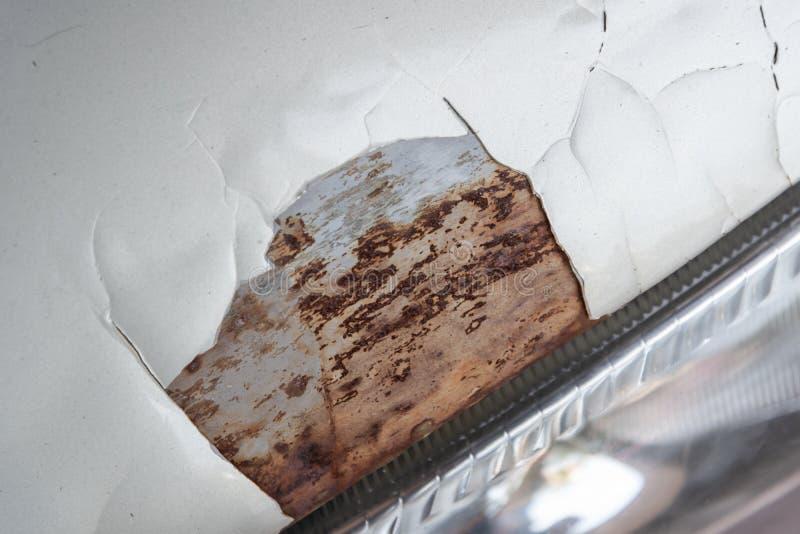Заржаветый автомобиль Поврежденный и сломанный на поверхности стоковая фотография